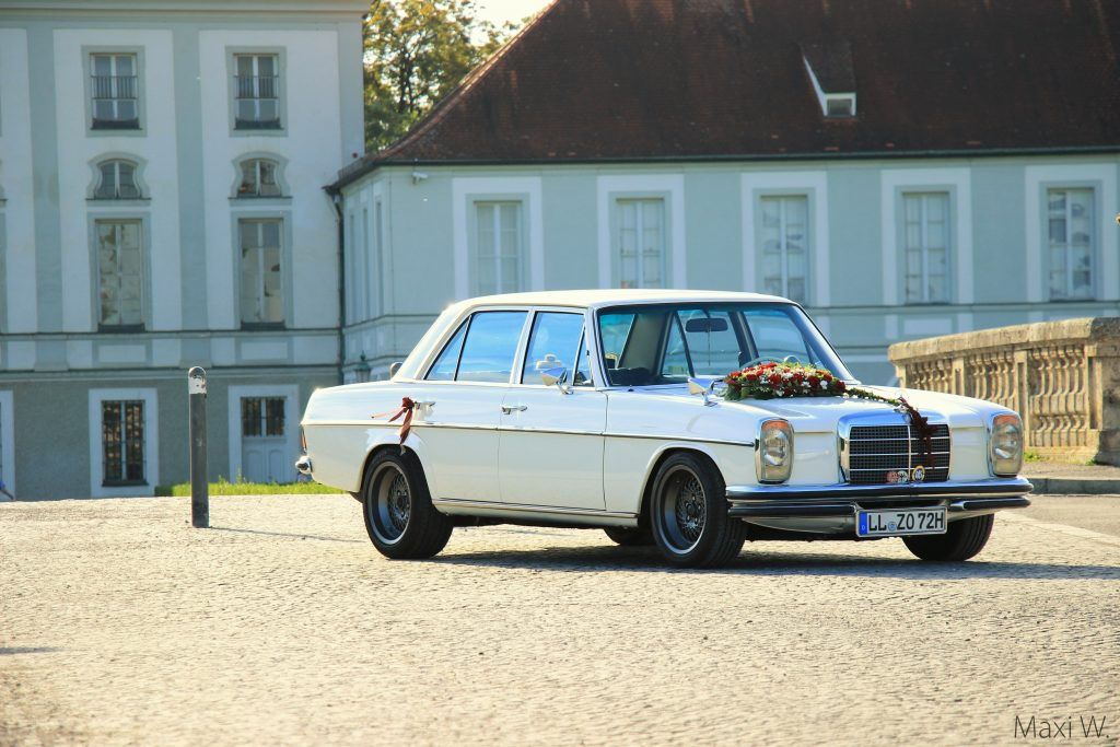 Maxi, Mercedes-Benz /8 (W114) in front of Schloss Nymphenburg, Germany